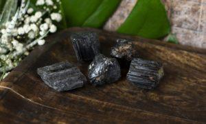 Zwarte toermalijn ruw 21 - 40 gram